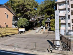 寺標と参道入口
