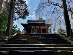 石段と拝殿