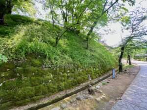 二ノ丸へと続く石垣跡