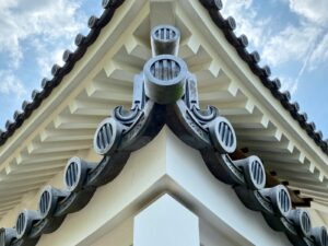 竪三引両紋が入った屋根瓦