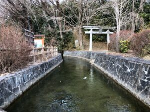 館堀川と益岡八幡宮鳥居