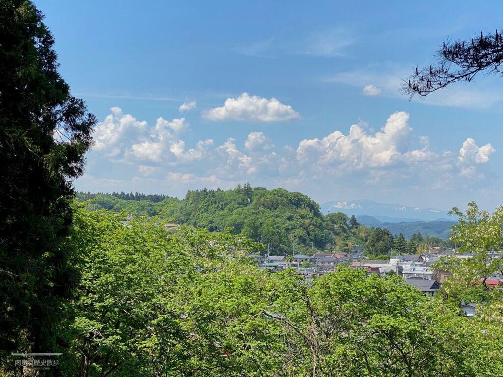伊達家霊廟から望む城山