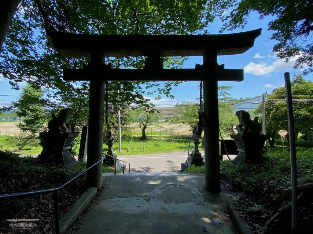 八幡神社から望む角田城跡