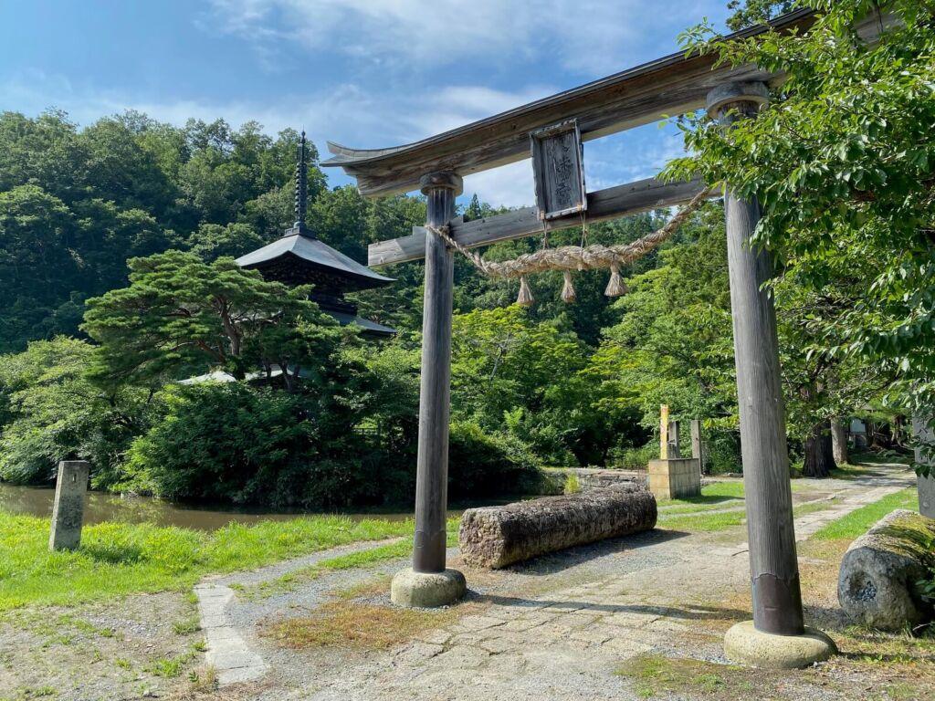 石鳥居と三重塔