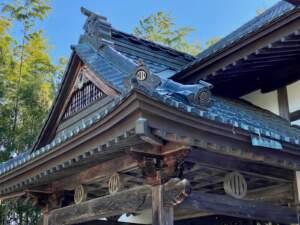 竪三引両が配された屋根周り