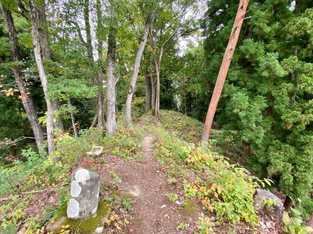 曲輪Ⅱ西側土塁と石碑