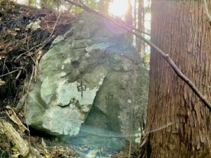 巨岩に刻まれる庚申